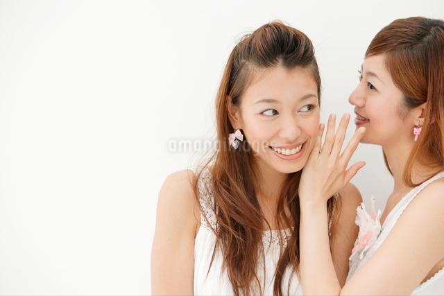 耳うちをする日本人女性2人の写真素材 [FYI01433671]