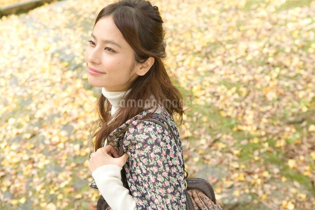 落ち葉と20代女性の写真素材 [FYI01433683]