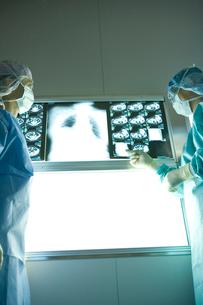 レントゲン写真を見る外科医の写真素材 [FYI01433694]