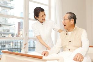 入院中のシニア男性と介護士の写真素材 [FYI01433720]