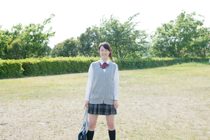 カメラ目線で立つ女子高生の写真素材 [FYI01433949]