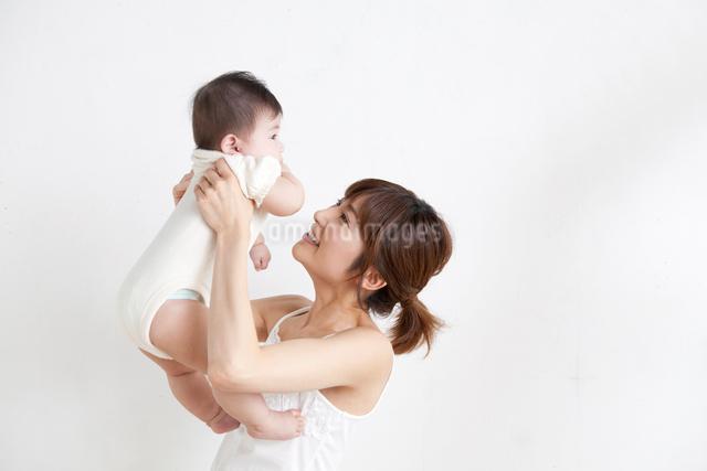 白バックの母と子供の写真素材 [FYI01434026]