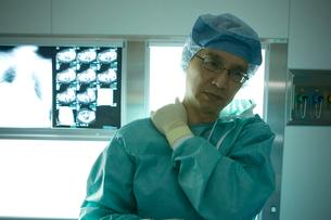 肩をマッサージする外科医の写真素材 [FYI01434059]