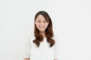 白バックで微笑む娘の写真素材 [FYI01434060]