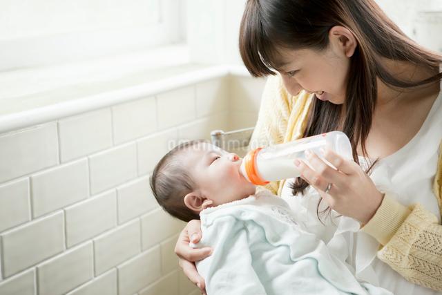 赤ちゃんにミルクを飲ませる母親の写真素材 [FYI01434071]