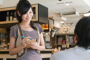 カフェで働く女性の写真素材 [FYI01434102]