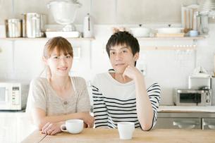 キッチンテーブルにいる夫婦の写真素材 [FYI01434134]