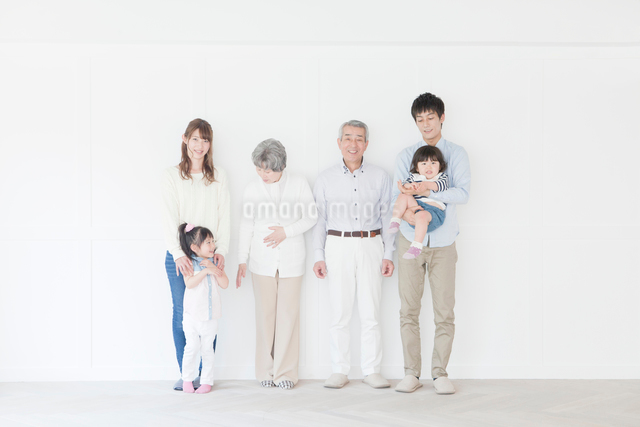 笑顔の三世代家族ポートレートの写真素材 [FYI01434141]