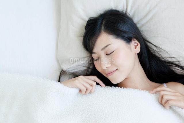 ベッドで睡眠をとる女性の写真素材 [FYI01434183]