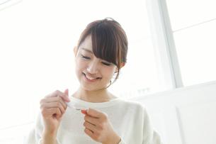 マニキュアを塗る女子大生の写真素材 [FYI01434252]