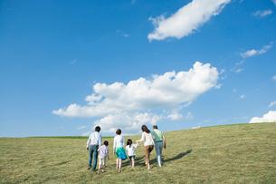 手をつなぎ並んで歩く三世代家族の後姿の写真素材 [FYI01434273]