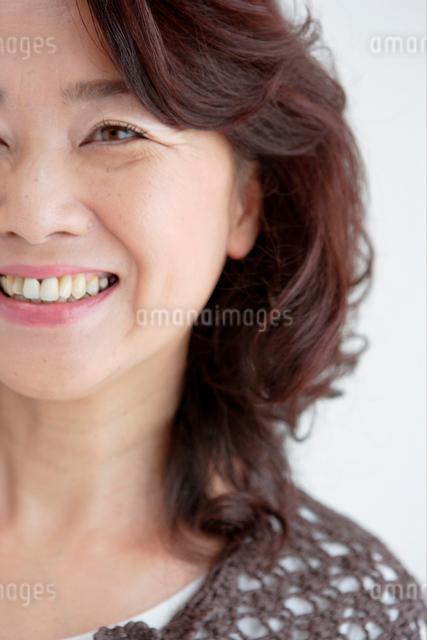 中高年女性 アップの写真素材 [FYI01434282]