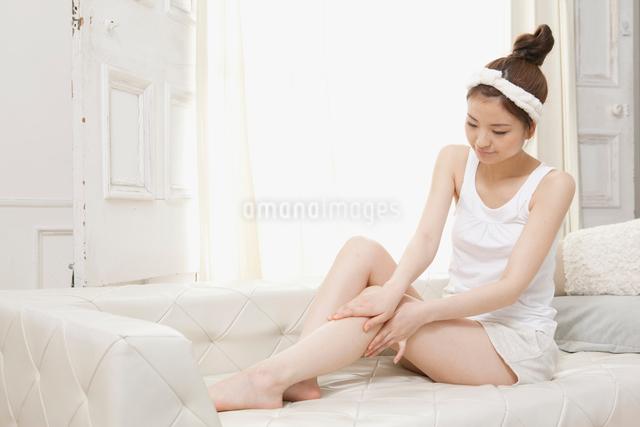 スキンケアする女性の写真素材 [FYI01434294]