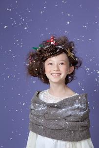 クリスマスの飾り付けでヘアアレンジをした女の子の写真素材 [FYI01434332]