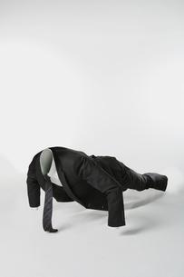 腕立て伏せをする透明人間のビジネスマンの写真素材 [FYI01434341]