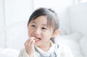 クッキーを食べる女の子の写真素材 [FYI01434363]