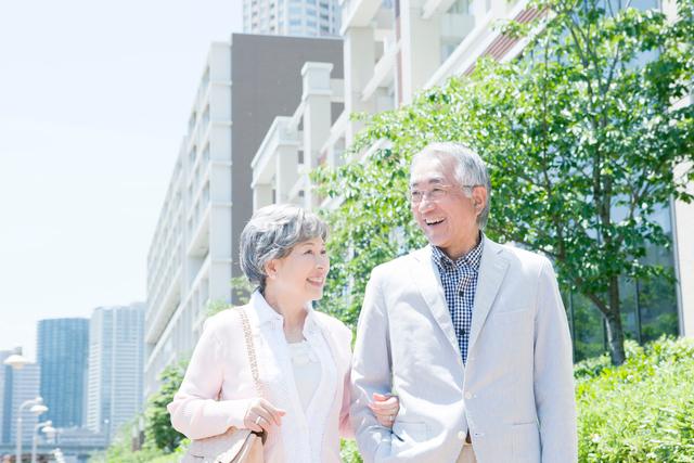 一緒に歩くシニアカップルの写真素材 [FYI01434387]