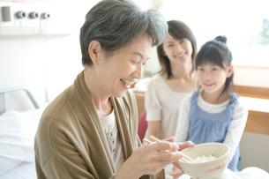 食事を摂る年配患者と家族の写真素材 [FYI01434412]