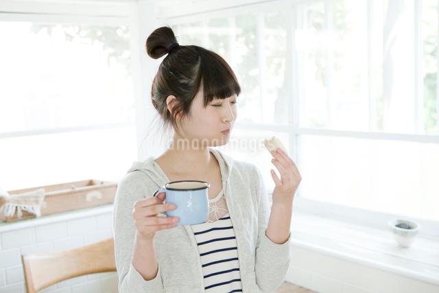 ブレイクタイムの10代女子大生の写真素材 [FYI01434424]