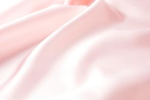 ピンクのサテンの布のドレープの写真素材 [FYI01434482]
