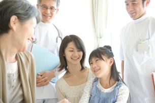祖母を見舞いに来た家族と医師の写真素材 [FYI01434555]