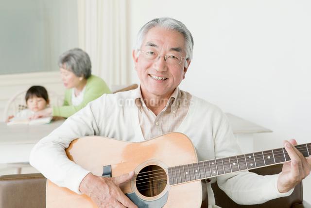 ギターを弾くシニア男性の写真素材 [FYI01434586]