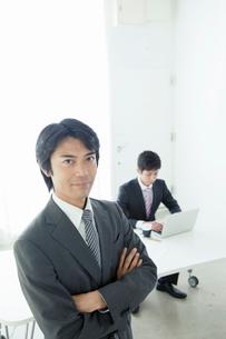 オフィスで仕事をするビジネスマンの写真素材 [FYI01434604]
