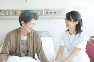 年配患者と話す看護師の写真素材 [FYI01434609]