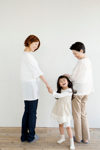 手をつなぐ後姿の3世代家族の写真素材 [FYI01434638]