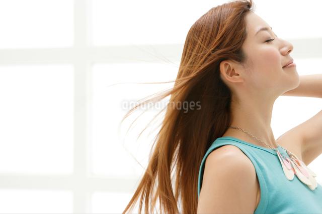 髪をなびかせる日本人女性の写真素材 [FYI01434680]