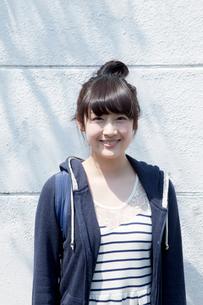 カメラ目線で笑顔の10代女子の写真素材 [FYI01434712]