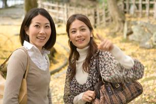 散策する女性2人の写真素材 [FYI01434736]