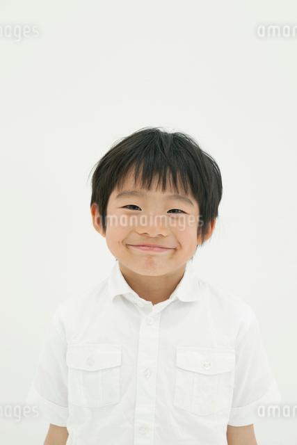 微笑みかける少年の写真素材 [FYI01434747]