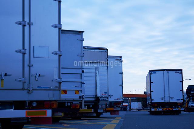 沢山のトラックが並ぶ駐車場の写真素材 [FYI01434753]