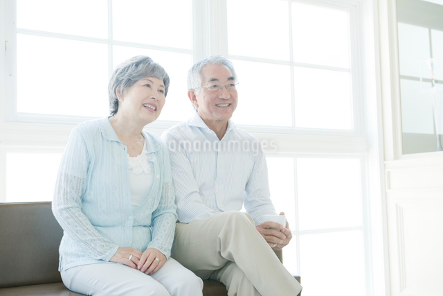 ソファに座るシニアカップルの写真素材 [FYI01434832]