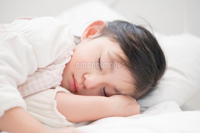 ベットに眠る女の子の写真素材 [FYI01434850]