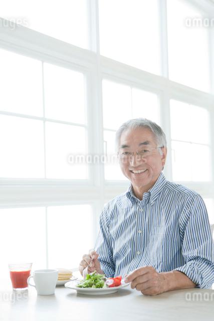 朝食中のシニア男性の写真素材 [FYI01434854]
