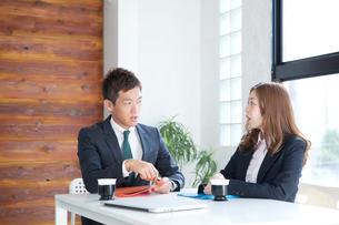 ビジネスマンとビジネスウーマンの写真素材 [FYI01434869]