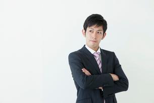 腕組みをする20代ビジネスマンの写真素材 [FYI01434886]