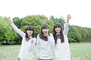 応援する女子高校生3人の写真素材 [FYI01434887]