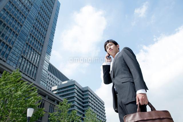 スマートフォンを使うビジネスマンの写真素材 [FYI01434898]
