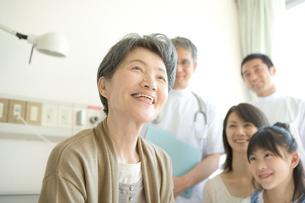 笑顔の年配患者と家族と医師の写真素材 [FYI01435001]
