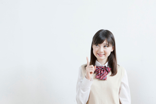 指をさす笑顔の高校生の写真素材 [FYI01435061]