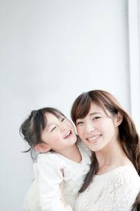 母親と子供のポートレートの写真素材 [FYI01435079]