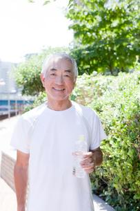 ペットボトルを持つ中高年男性の写真素材 [FYI01435112]