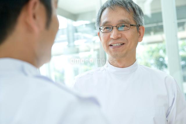 笑顔で話す男性医師の写真素材 [FYI01435156]