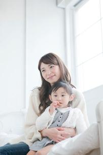 リラックスしている母親と娘の写真素材 [FYI01435211]