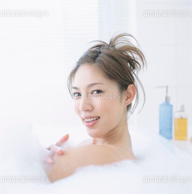 風呂に入る日本人女性の写真素材 [FYI01435355]