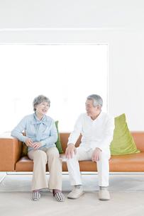 ソファで話すシニアの男性と女性の写真素材 [FYI01435379]