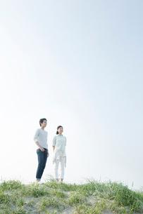 浜辺に立つカップルの写真素材 [FYI01435385]